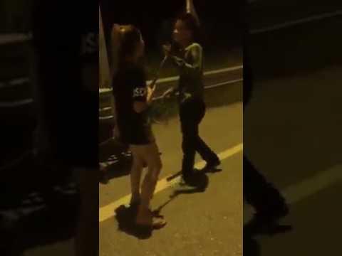 Thanh niên tụt quần xin lỗi vợ :-S