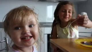 Лиза кормит сосиской своего пупсика бебиборн по имени Лиля