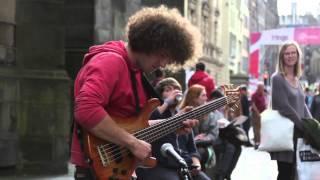 Absolutnie niesamowite! Zajebisty uliczny występ polskiego basisty w Edynburgu!
