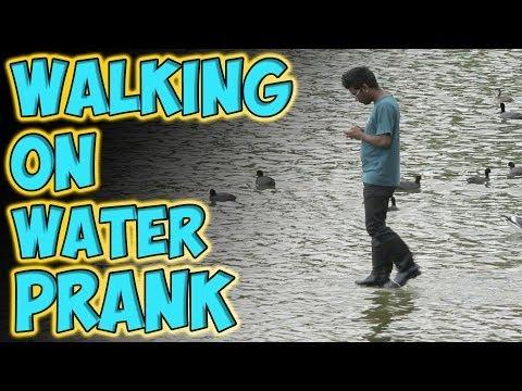 assurdo! uomo cammina sull'acqua come gesú! ci cascano tutti!