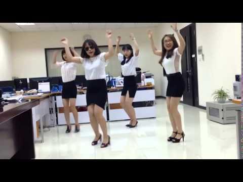 Điệu nhảy  bá đạo nhất vịnh Bắc Bộ  của bốn chị em công sở