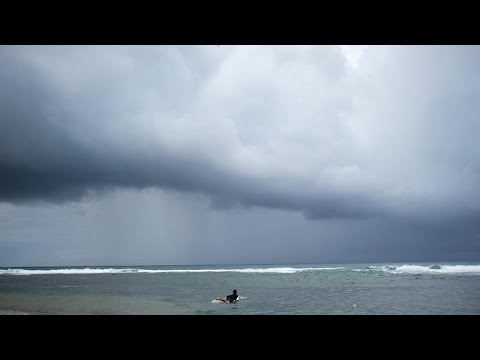 Σαρώνει ο τυφώνας Ντόριαν