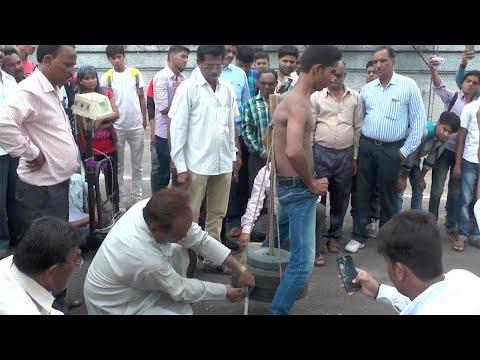 Intialainen sankari nostaa 55kg lapaluillaan
