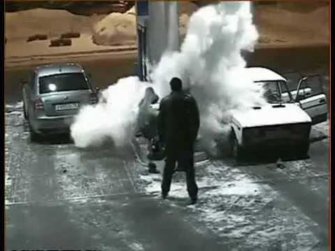 video que muestra como explota un extintor en un incendio en una gasolinera