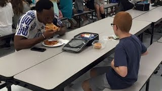 Video Her Son Ate Alone At School Each Day Then When A Football Star Sat Next To Him Mom Was In Tears MP3, 3GP, MP4, WEBM, AVI, FLV Juni 2019