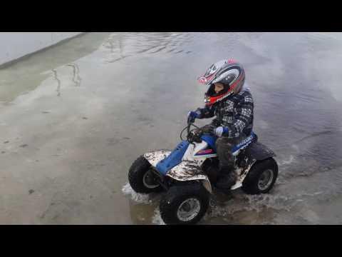 Suzuki LT 50 Fun in bouwput met water.