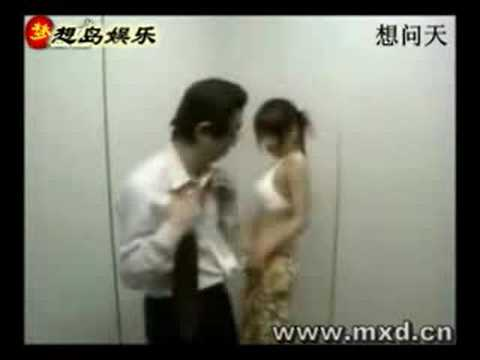 Chica seductora en el ascensor