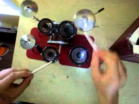 video que muestra la habilidad de una persona tocando una mini bateria