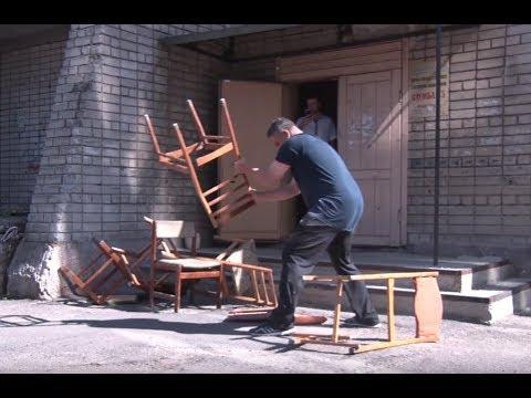 Дніпрянину, який переплатив за комуналку, відрізали газ. Чоловік розібрав облгаз на дрова (відео)