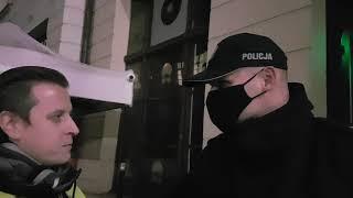 Polska milicja blokuje wejścia do zamkniętego klubu