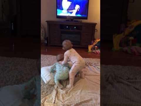 Die Eiskönigin - Süße Zwillinge spielen ihre Lieblingsszene nach
