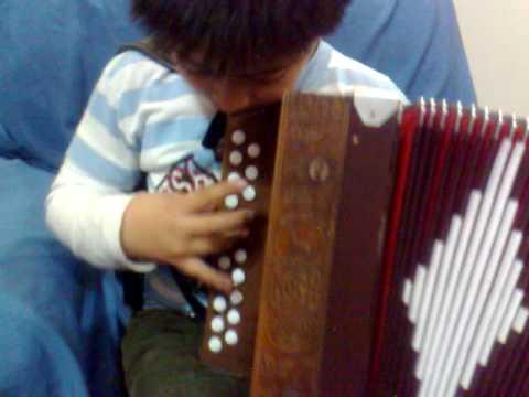 NICOLAS CARDOZO de 6 años tocando un chamame EL GATEADO