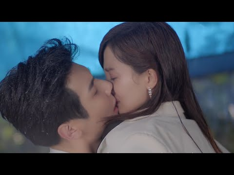 The CEO lifts the college girl and kiss her to comfort her sadness! | About Is Love 大约是爱