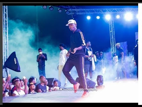 See Kennyblaq performance as Ijebu shows off his Dance skills at Small Doctor's Concert in Agege.