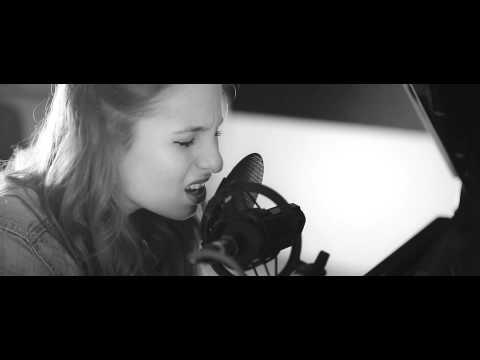 Lucia - Hold Me lyrics