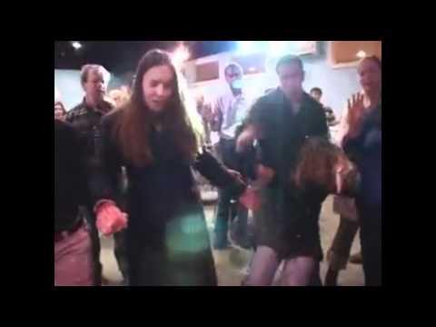 video que a creyentes bailando a ritmo de religión