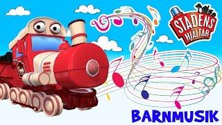Stadens Hjältar - sånger för barn.  Låt 5: Sången om Tilly TågSjung och dansa till Stadens Hjältars moderna låtar för barn.Stadens Hjältar - en TV-serie om räddningsfordonen i den lilla staden där alla får vara hjältar! Följ med på fantastiska och spännande äventyr tillsammans med Palle Polisbil, Bella Brandbil och alla det andra vännerna i staden.Stadens Hjältar innehåller mycket värme, betonar vikten av en stark vänskap och vad vi kan uppnå genom att hjälpa varandra.Mer Stadens Hjältar finner ni på våran hemsida: www.stadenshjaltar.se