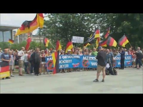 SEEHOFER VS. MERKEL: Er müsse das Recht haben, Migran ...