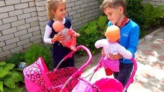 Сегодня ребята играют в настоящую семью. НЕ в дочки матери а в большую семью где есть папа мама и двое...