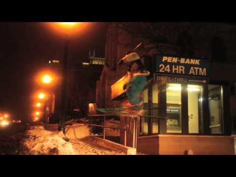 video que muestra a chico que esquia en la calle