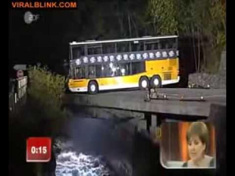 雙層巴士有辦法在『超狹窄的橋上掉頭』嗎?所有人看完都不敢相信…