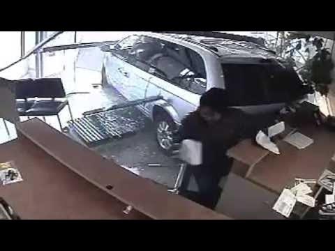 Εισβολή αυτοκινήτου σε γραφείο