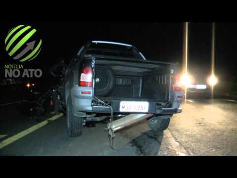 Motor é arrancado após colisão entre carro e carreta