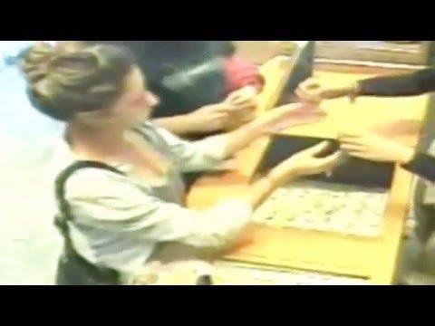 這對看似普通的情侶到珠寶櫃買東西,但接下來注意「女方的手」…大家都看到嘴巴合不起來!