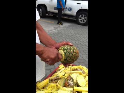街頭鳳梨達人,用了不到一分鐘的時間完成切鳳梨的所有的步驟!