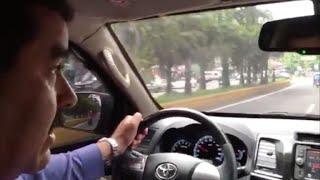 """El presidente venezolano Nicolás Maduro difundió un video en el que conduce por las calles de Caracas el jueves, durante la jornada de paro general contra su proyecto de Asamblea Constituyente. Dijo que quería mostrar """"al pueblo trabajando""""."""