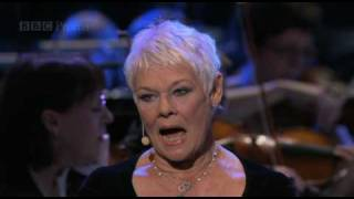 Video Dame Judi Dench sings
