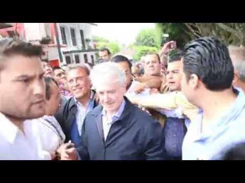 Agreden simpatizantes de los 400 pueblos a Miguel Ángel Yunes a su salida del Congreso en Xalapa.