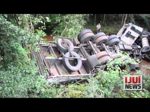 carreta cai em rio, na BR 285, em Coronel Barros, e deixa pai e filho feridos