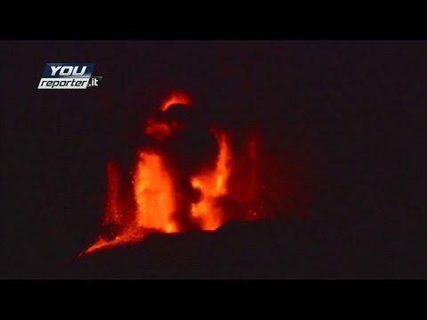 El Etna entra en erupción.