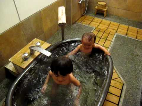 Harun & Kaiden bathing in Japan happily! (видео)