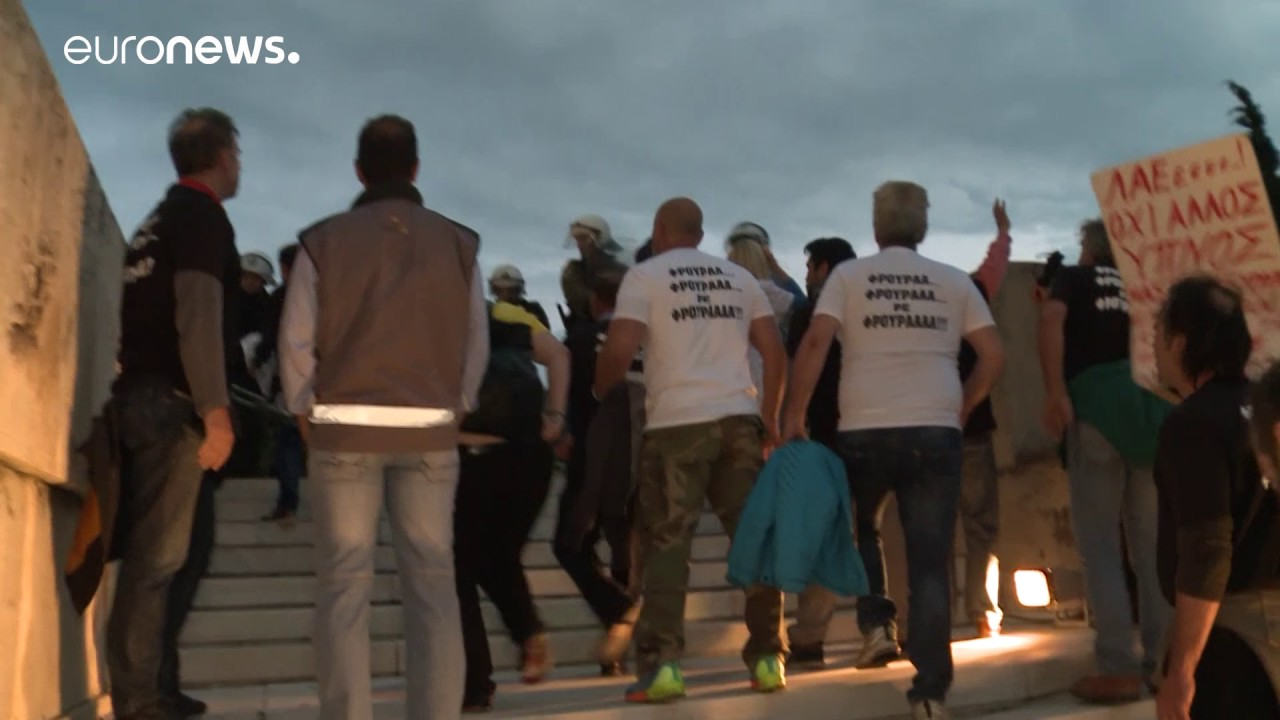 Ομάδα ακτιβιστών επιχειρεί να σπάσει τον αστυνομικό κλοιό στη Βουλή