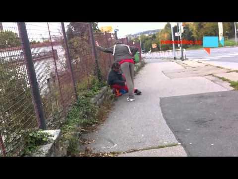 Opilí bezdomovci se vtipně poštuchují