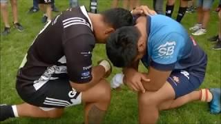 Los capitanes del Silverstorm El Salvador, Joe Mamea, y de la Unió Esportiva Santboiana, Afa Tauli, ambos samoanos, se arrodillaron al finalizar el partido para dar juntos gracias a Dios.