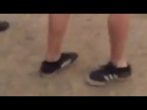 Videos musicales - Man walks away with backward foot at musical festival; Old man dancing to techno - Compilation