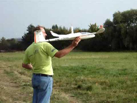 DG1000 rc - ST Models DG1000 RC Glider Hand laubching but no landing, sorry my other half is the worst camera person.