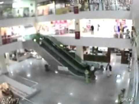 Se salva niño de caer de escalera eléctrica  - Thumbnail
