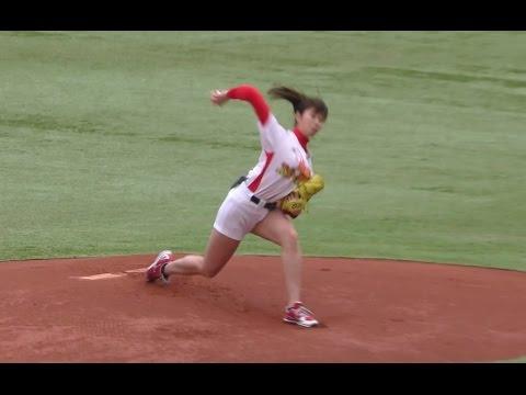 日本巨奶女球僮 從教練 主審 到球員都盯著看她激震晃動
