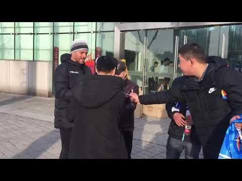 Maurício Copertino atende aos fãs na China