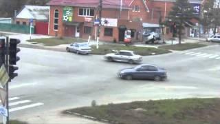 Mulher Escapa Por Centímetros de Ser Atropelada Por Carro Descontrolado !