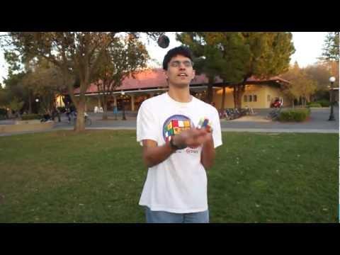Kille löser en rubriks kub under tiden han jonglerar