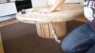 Se har hvordan du laver et rigtigt cool sofabord / lounge sofabord, af en gammel træ kabeltromle. Kuno giver dig nogle fif så det...