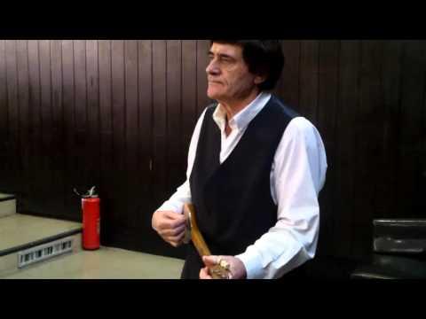 Rade Putnik uz trožicu svira i peva pesmu o narodnom heroju Vasilju Gaćeši