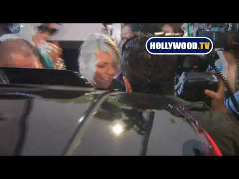 Rihanna Swarmed by Paparazzi While Leaving a Restaurant