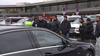Paris taxi drivers suspend strike