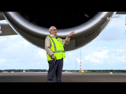 86-year old airplane spotter surprised with visit A380